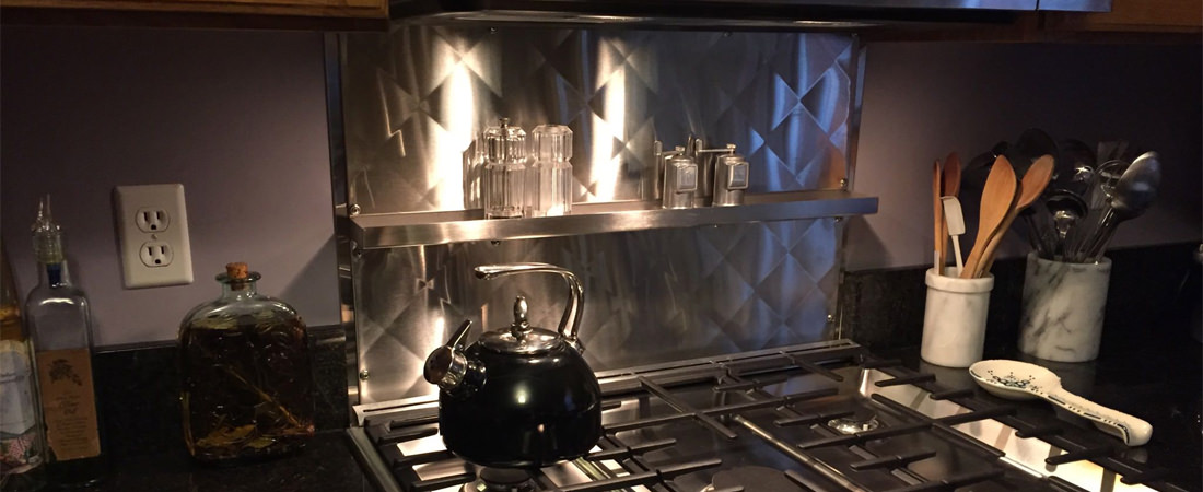 Quilted back splash in stainless steel with shelf